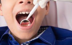 Zahnmedizinische Kontrolle auf Kindern Stockbilder