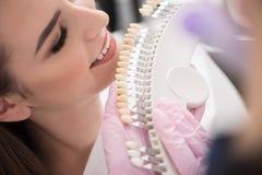 Zahnmedizinische Krone, die nahe Damenmund aufstellt Lizenzfreie Stockfotografie