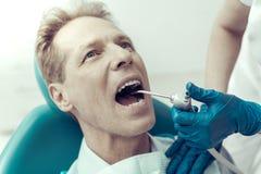 Zahnmedizinische Maschine im Mund eines Patienten stockbild
