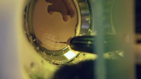 Zahnmedizinische Prägecnc-Maschine, die heraus Form der menschlichen Zahnnahaufnahme schnitzt stock video