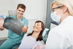 Zahnmedizinische Röntgenstrahlresultate Stockbilder