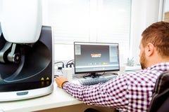 zahnmedizinische Scannenmaschine des Computers 3D und ein Techniker stockfotos