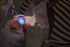 Zahnmedizinische Zähne geduldig durch den Zahnarzt Dentistry im Krankenhaus Lizenzfreies Stockbild