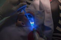Zahnmedizinische Zähne geduldig durch den Zahnarzt Dentistry im Krankenhaus Stockbilder
