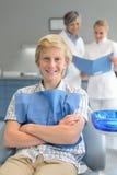 Zahnmedizinischer Überprüfungszahnarzt und -assistent des Jugendlichjungen Lizenzfreie Stockfotos