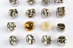 Zahnmedizinischer keramischer, Gold- und Metallzahn krönt auf weißem Hintergrund Stockbild