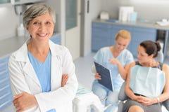 Zahnmedizinischer Klinikpatient des Berufszahnarztchirurgen lizenzfreie stockbilder