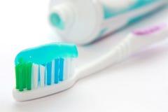 Zahnmedizinischer Pinsel mit einer Zahnpasta Lizenzfreie Stockbilder