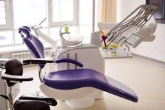Zahnmedizinischer Raum mit moderner Ausrüstung lizenzfreie stockbilder