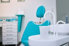 Zahnmedizinischer Stuhl in der Klinik lizenzfreie stockfotografie