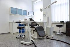 Zahnmedizinischer Stuhl im hellen Behandlungsraum Stockfoto