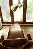 Zahnmedizinischer Stuhl und Lampe