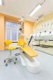 Zahnmedizinischer Stuhl und Schemel Stockbilder