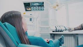 Zahnmedizinischer Stuhl wird automatisch gesenkt und wird niedriger stock footage