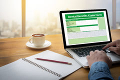 Zahnmedizinisches Nutzen-Antragsformular-Dokument zahnmedizinisch stockfotografie