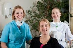 Zahnmedizinisches Team und Patient Lizenzfreies Stockfoto