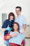 Zahnmedizinisches Team und Patient mit den Daumen-oben Stockbild