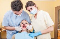 Zahnmedizinisches Team und schöner weiblicher Patient Lizenzfreies Stockfoto