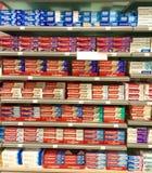 Zahnpasta für Verkauf im Supermarkt Lizenzfreies Stockfoto