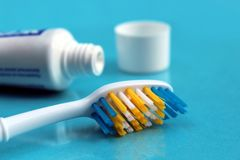 Zahnpasta mit einer Bürste auf einem blauen Hintergrund stockbild