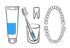 Zahnpasta, Pinsel und Zähne Lizenzfreie Stockfotografie