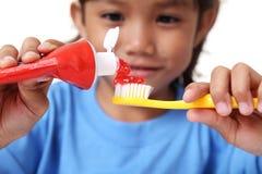 Zahnpasta und Zahnbürste Stockbild