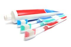 Zahnpasta und Zahnbürste stockfoto
