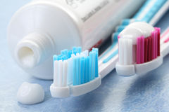 Zahnpasta und Zahnbürsten Stockfotografie