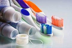 Zahnpasta, Zahnbürsten u. Glasschlacke Lizenzfreies Stockbild