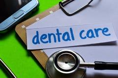 Zahnpflege auf Gesundheitswesenkonzept mit grünem Hintergrund lizenzfreie stockbilder