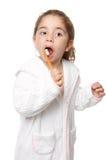 Zahnpflege - auftragende Zähne des Kindes Lizenzfreie Stockfotos