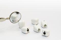 Zahnpflegekonzept auf weißem Hintergrund mit Spiegelzahnarztwerkzeug Stockfotos