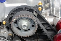 Zahnriemen- und Nockenwellenkettenrad im Automotor stockbilder