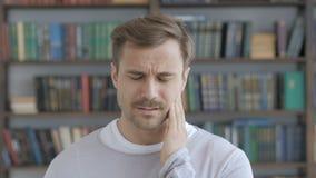 Zahnschmerzen, erwachsener Mann mit Zahn-Infektion stock video footage