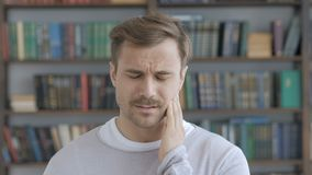 Zahnschmerzen, erwachsener Mann mit Zahn-Infektion stock video
