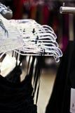 Zahnstangen der Kleider, die in einem Speicher hängen Lizenzfreies Stockbild