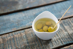 Zahnstocher in marinierten Oliven Lizenzfreie Stockfotos