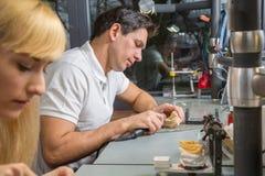 Zahntechniker, der zahnmedizinische Prothese poliert stockfoto