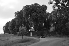 Zahradky,捷克共和国- 2018年5月19日:在Kostel svate Barbory教会前面的黑汽车欧宝雅特H立场在树之间在期间 免版税库存图片