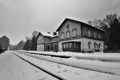 Zahradky, Machuv kraj, republika czech - Luty 04, 2017: Dziejowy budynek stacja kolejowa Zahradky u Ceske lipy w wygranie Fotografia Royalty Free
