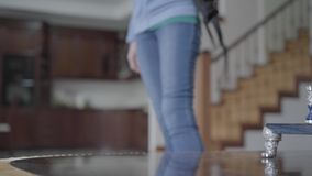 Zaino alto vicino sulla tavola La femmina ha messo sulla borsa alla sue parte posteriore e passeggiata archivi video