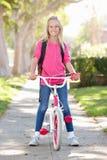 Zaino d'uso della ragazza che cicla alla scuola Fotografia Stock