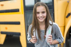 Zaino di trasporto esterno dell'allievo della scuola elementare Immagine Stock Libera da Diritti