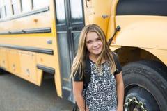 Zaino di trasporto esterno dell'allievo della scuola elementare Fotografia Stock