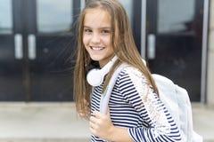 Zaino di trasporto esterno dell'allievo della scuola elementare Fotografia Stock Libera da Diritti