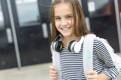 Zaino di trasporto esterno dell'allievo della scuola elementare Immagini Stock Libere da Diritti