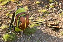 Zaino di trekking e pali di escursione sulla strada della montagna fotografia stock libera da diritti