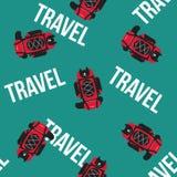 Zaino di viaggio del nero e di rosso su fondo blu con il modello senza cuciture di vettore del testo Immagine Stock