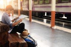 Zaino e cappello alla stazione ferroviaria Immagini Stock Libere da Diritti