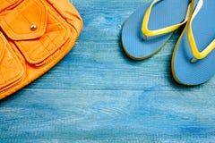 Zaino giallo e spine blu su un fondo di legno Fotografia Stock Libera da Diritti